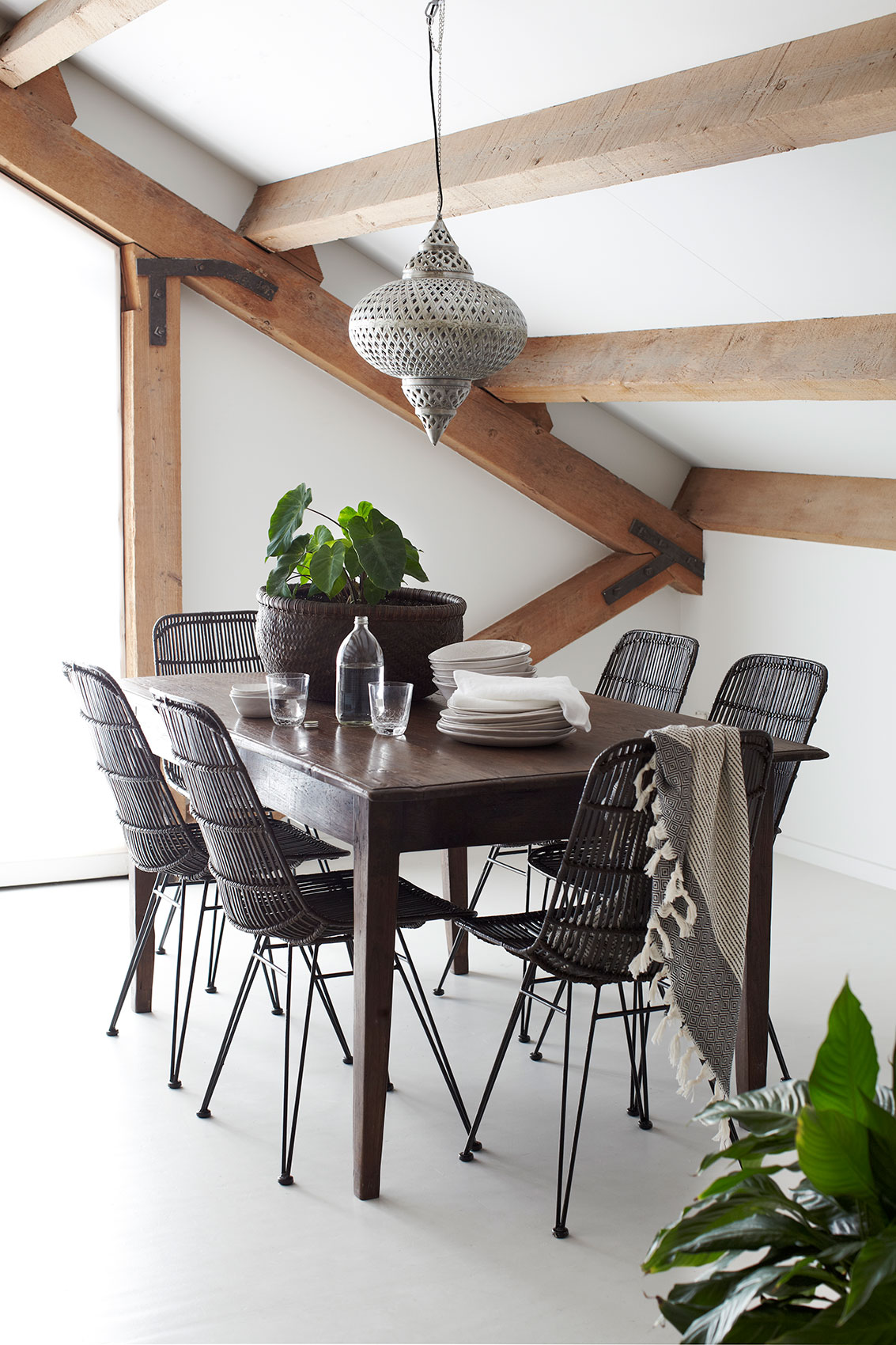 IHC_Interiors_DiningTable_02